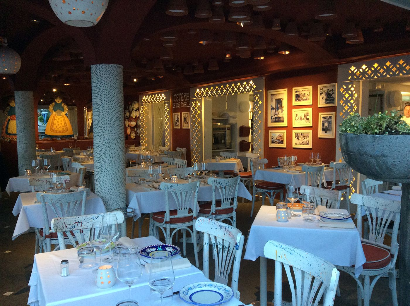 Un ristorante affacciato sul mare di Positano, con la luce ...