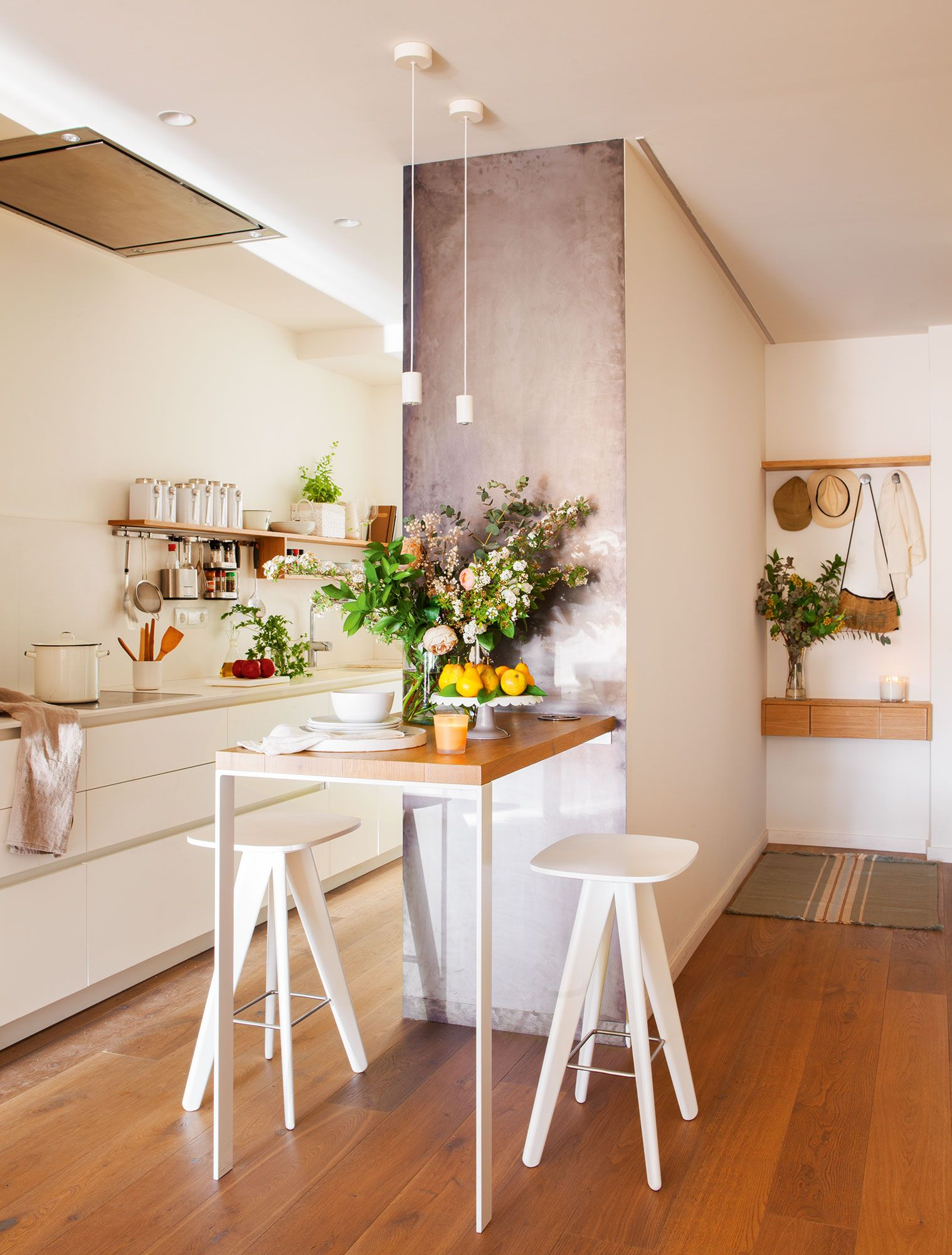 Blanca cocina alargada con pequeña office con dos taburetes | El ...
