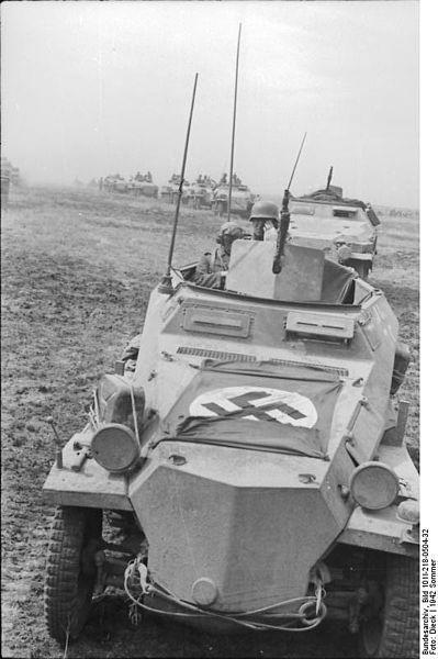 Sonderkraftfahrzeug 251 se concentrant dans les steppes sud de la Russie le 21 juin 1942, à la veille de l'opération Fall Blau, l'offensive allemande de l'été 1942.