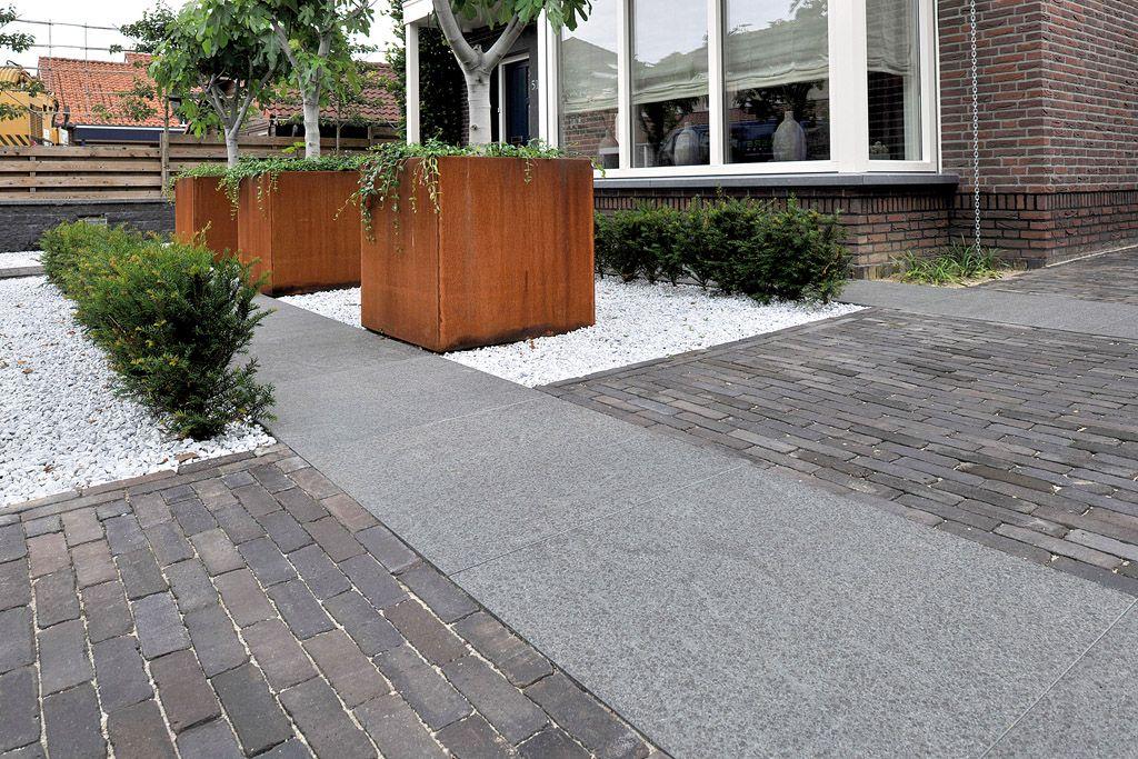 Moderne voortuin met een mix van wit grind natuursteen tegels en terra modena antica gebakken - Oprit idee ...