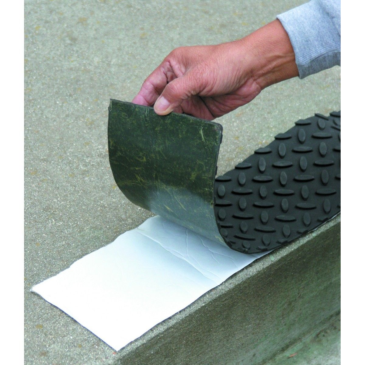 Best 17 In X 4 In Self Adhesive Rubber Safety Mat With Tread 640 x 480