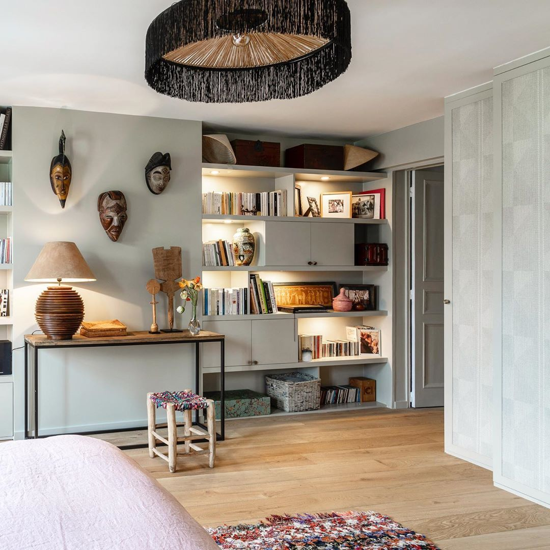 St Georges Paris 9e 145m2 Alterner Des Espaces De Rangement Ouverts Et Fermes Pour Ne Mettre En Avant Que Ses Home Decor Home Corner Bookcase