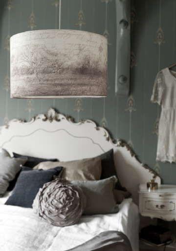Myös riippuvalaisimen voi asentaa yövalaisimeksi, mikäli pitää runsaammasta valon määrästä. #etuovisisustus #makuuhuone #taloon.com
