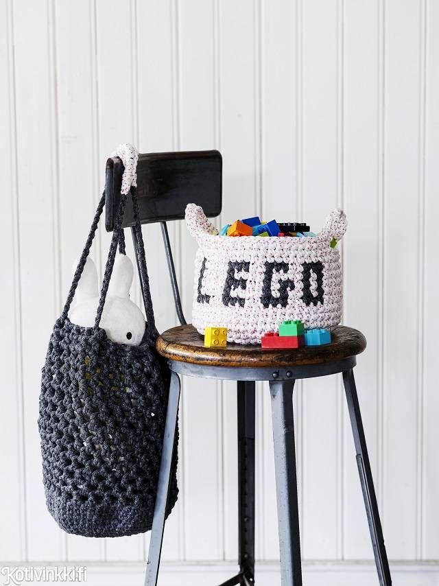 Virkattu lelukori ja -säkki - katso hauska ohje! Virkkaa legoille lelukori ja pehmoleluille verkkosäkki trikookuteesta.