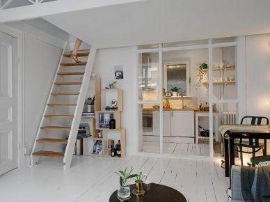 Zdjecie Biala Skandynawska Kuchnia We Wnece Ze Szklana Scianka Pod Antresola Small House Interior Small House Interior Design Home Interior Design