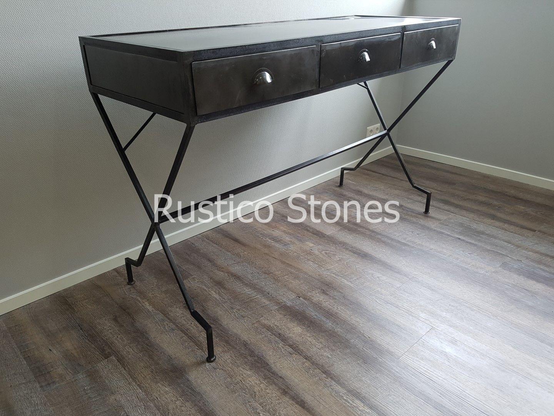 Deze metalen sidetable is perfect voor het industriële interieur