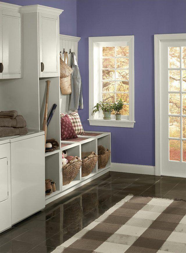 lila Wand Flur weiße Möbel Teppich Karo Streifen hausflur - wohnideen wnde flur