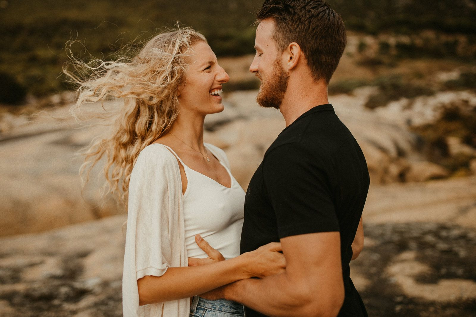 Rainy Coupleshoot At Sandy Bay By Patrick Pannenberg Beloved Stories Https Beloved Stor Engagement Photo Inspiration Instagram Men Engagement Photo Outfits