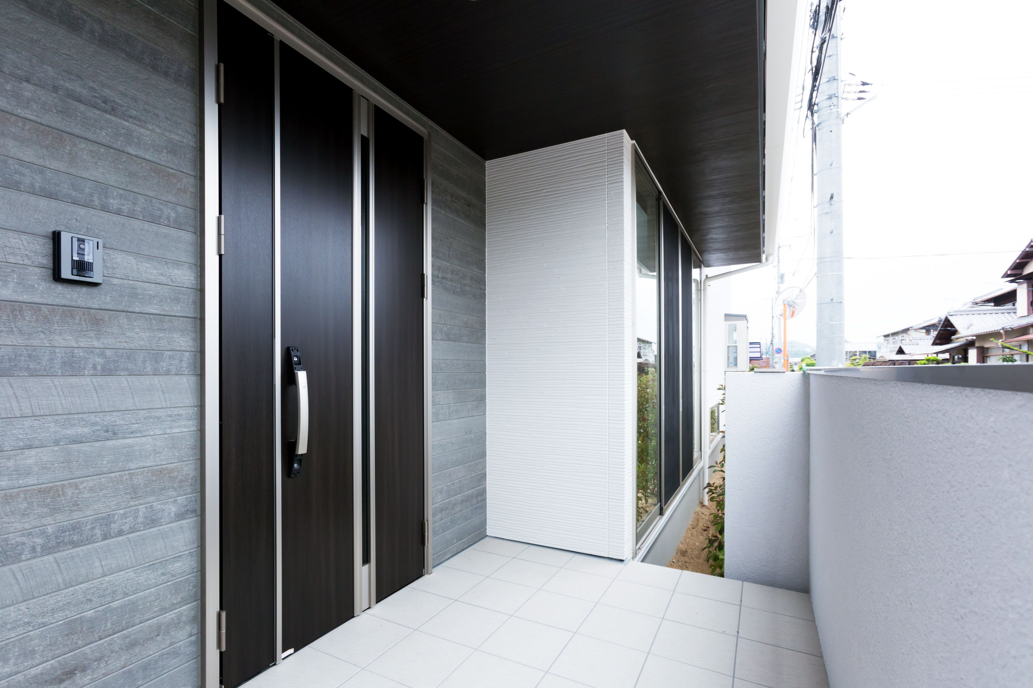玄関周りを同色系でまとめることで洗練された空間になります 家