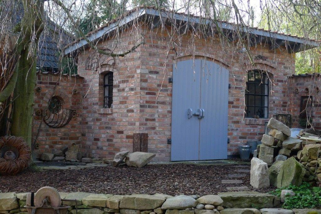 Steinplatten am Gartenhaus verlegt Gartenhaus