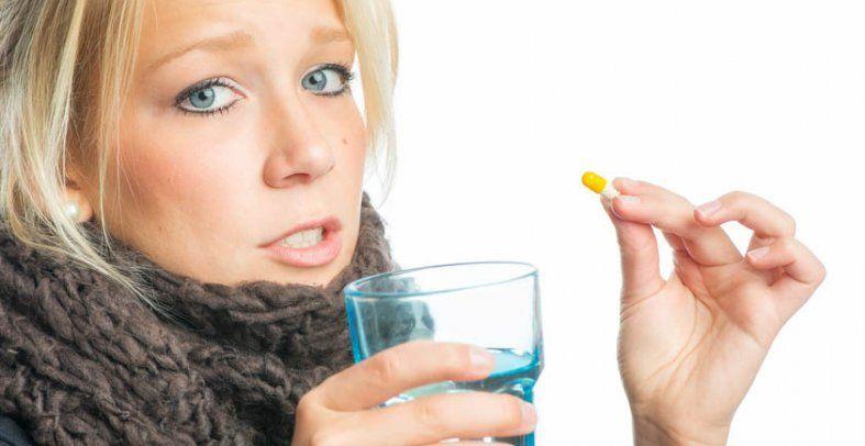 Halsschmerzen? Nicht immer helfen Antibiotika, entscheidend ist, ob Viren oder Bakterien das Halsweh auslösen. Das kann nur der Arzt feststellen, wenn nötig mit einem Rachenabstrich.