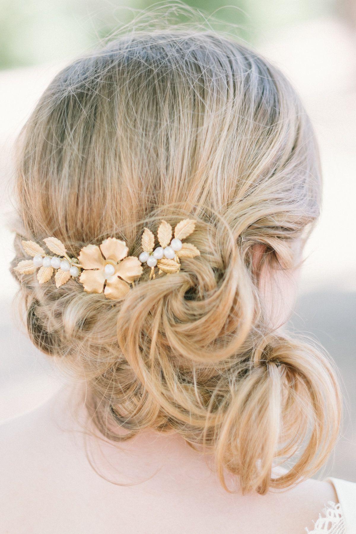 Ces jolis peignes garnis de motifs en laiton tels que feuilles et fleur se portent en trio dans la coiffure, ils se positionnent comme vous le désirez, rapprochés ou plus espacés. Ils apporteront u...