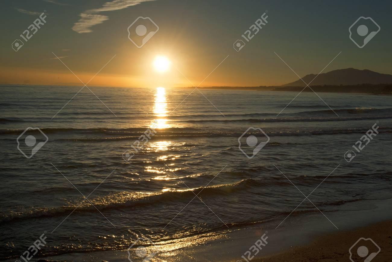 Puesta De Sol Sobre La Playa En Marbella En La Espana Costadel Sol Puestas De Sol Playa Marbella