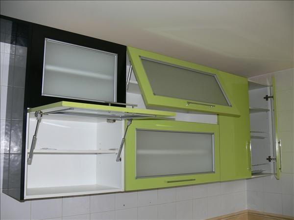 Cocina con gabinetes de puertas batientes con brazos hidráulicos ...
