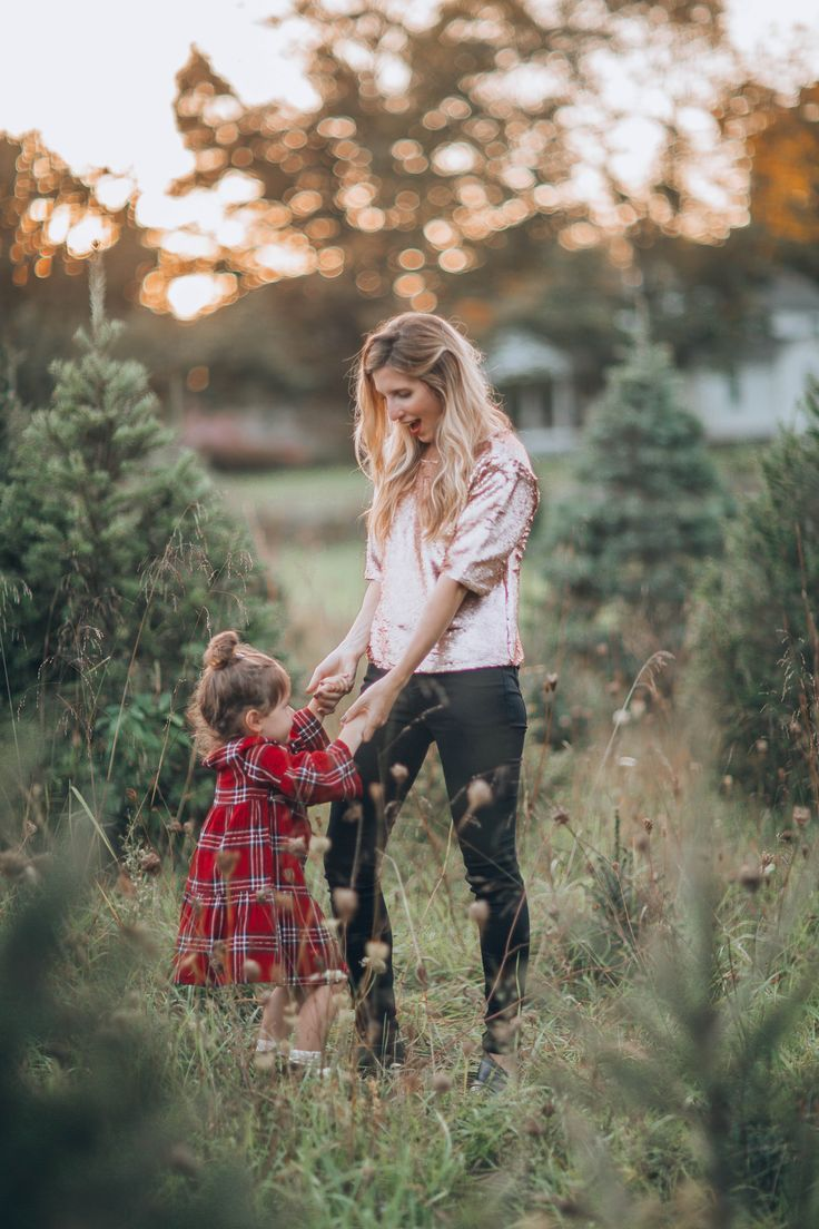Holiday Family Photo Outfit Ideas - Lynzy  #familyphotooutfits
