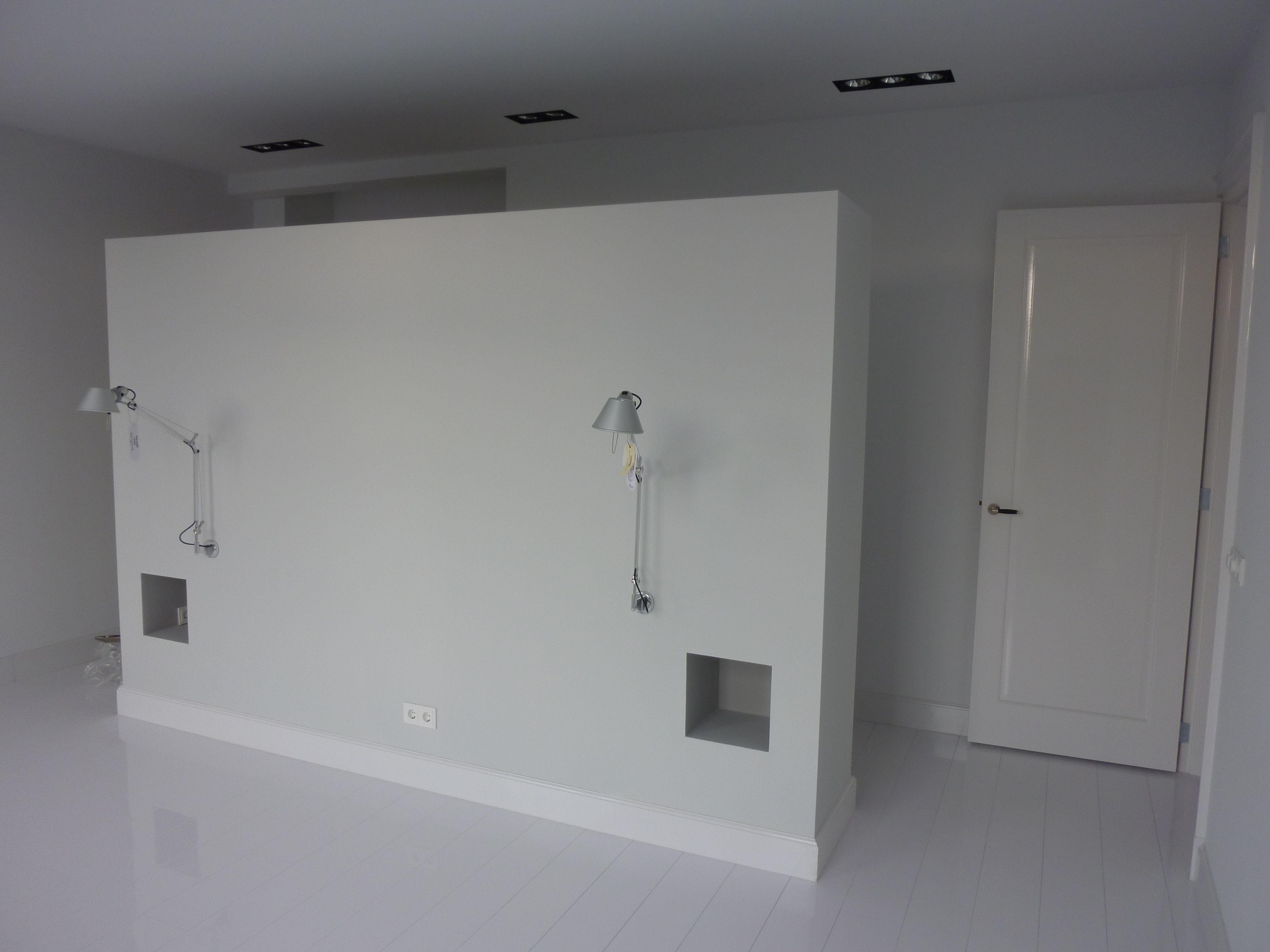 interieur slaapkamer; garderobewand met nachtkast nissen