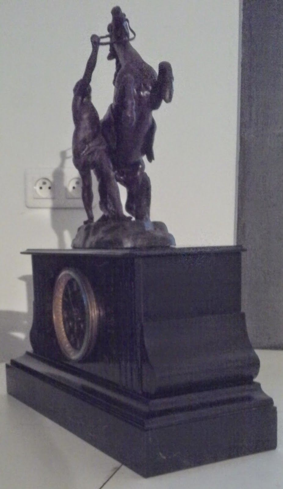 www.didoulabrocante.com: ancienne pendule marbre noir cartel napoléon III second empire mouvement de paris balancier d'origine statue cheval...