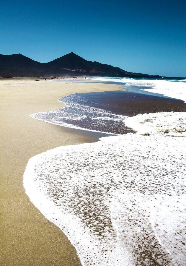 Le melodia del mar que resbala en las tranquilas playas de arena blanca en Fuerteventura - Canary Islands, Spain.