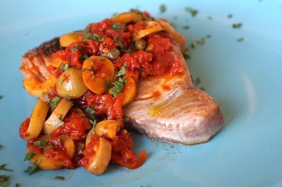 Atún con salsa puttanesca
