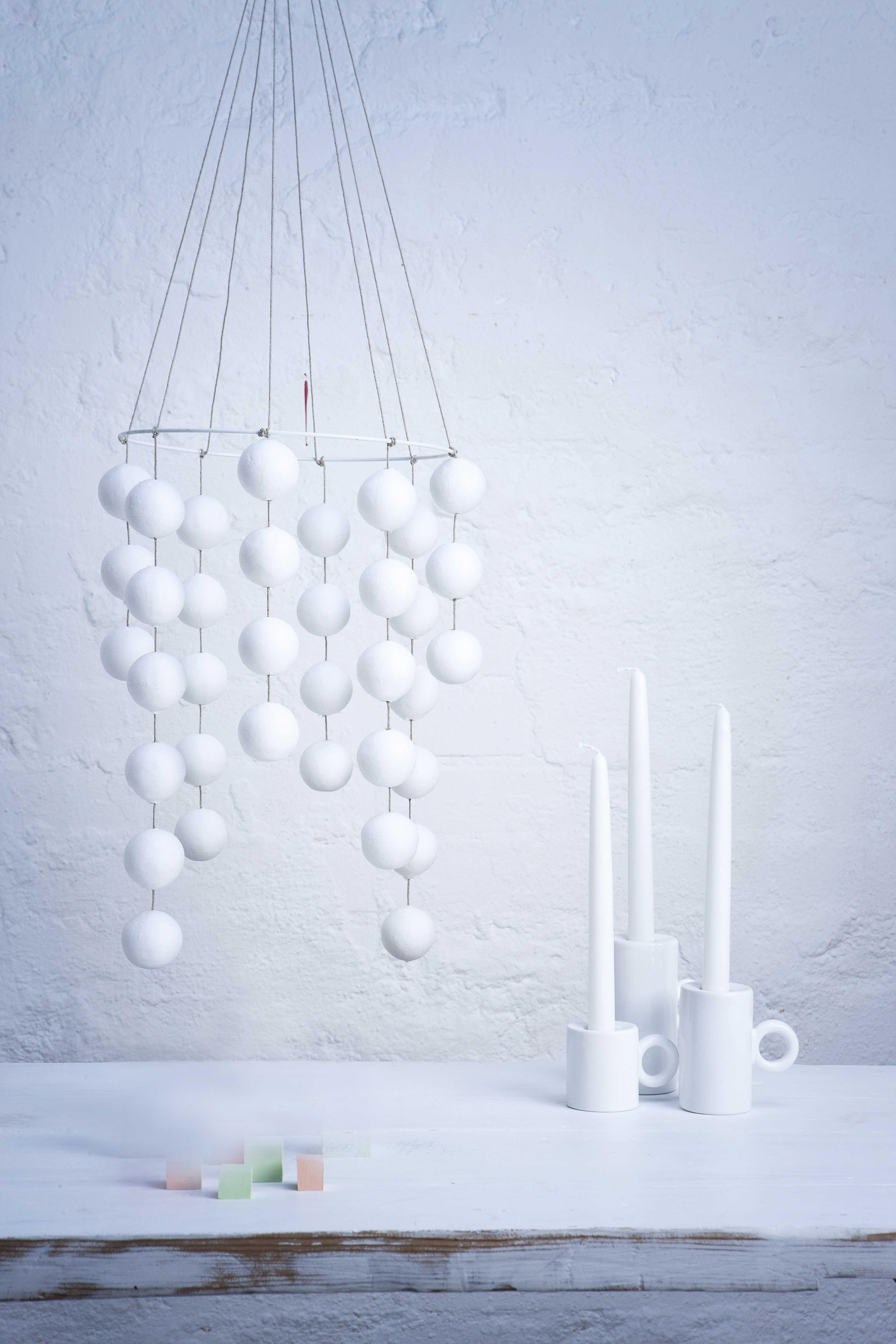 Askartelukaupoissa myytävistä valkoisista massapalloista syntyy pelkistetty himmeli moderniin kotiin.