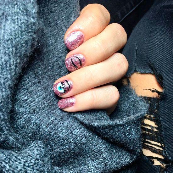 Las uas de chiara ferragni se convierten en la tendencia ms viral blue nails art curiosamente su icnico logotipo de guio con glitter ha llegado a instagram en una presentacin solutioingenieria Image collections