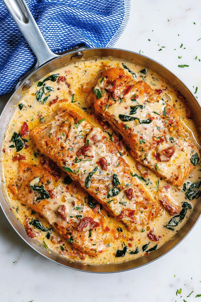 Creamy Garlic Tuscan Salmon With Spinach and Sun-Dried Tomatoes #tomatocreamsauces
