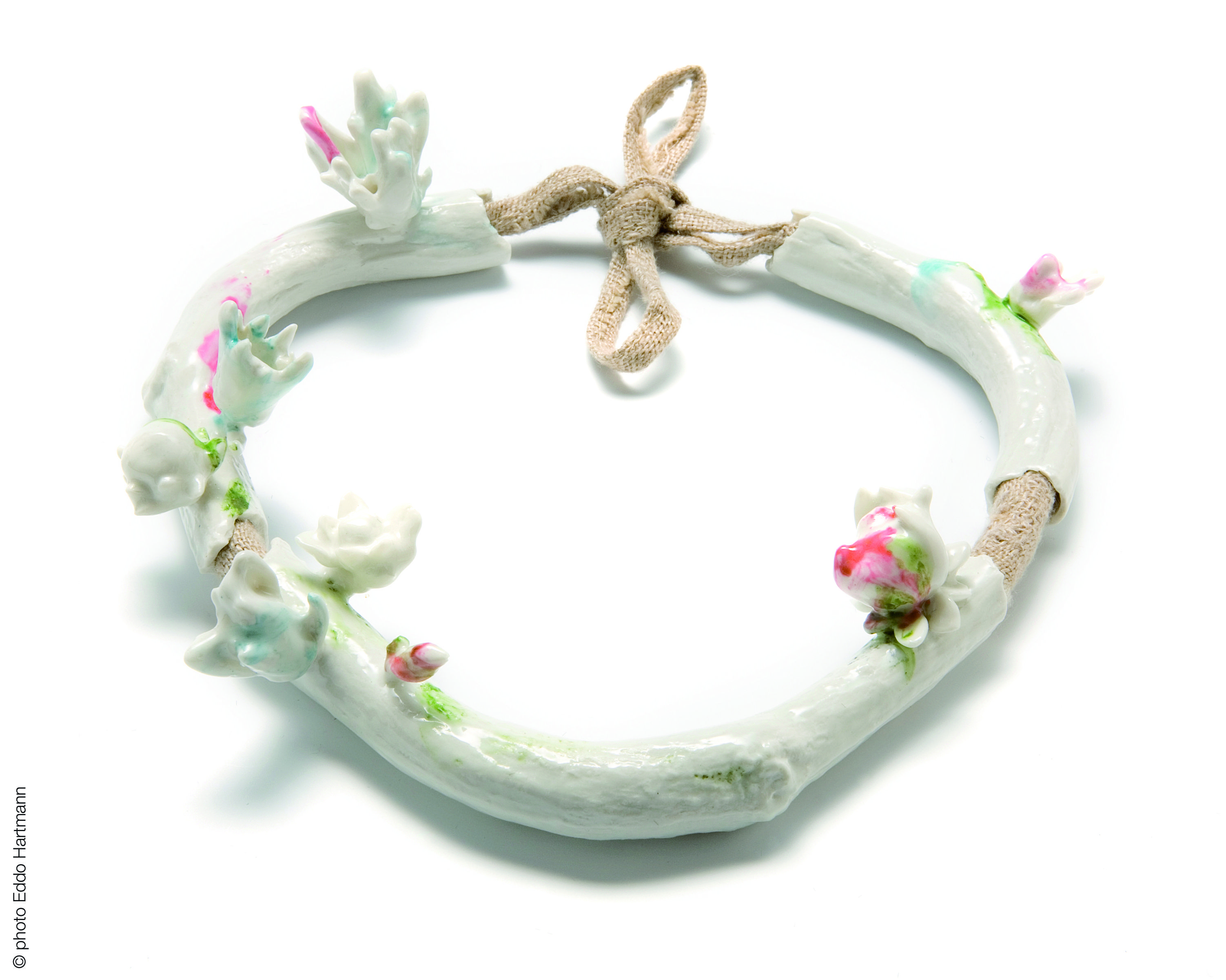 Rococo - Evert Nijland  2009 collier | porcelaine, lin  necklace | porcelain, linen ø 16cm Copyright Heddo Hartmann