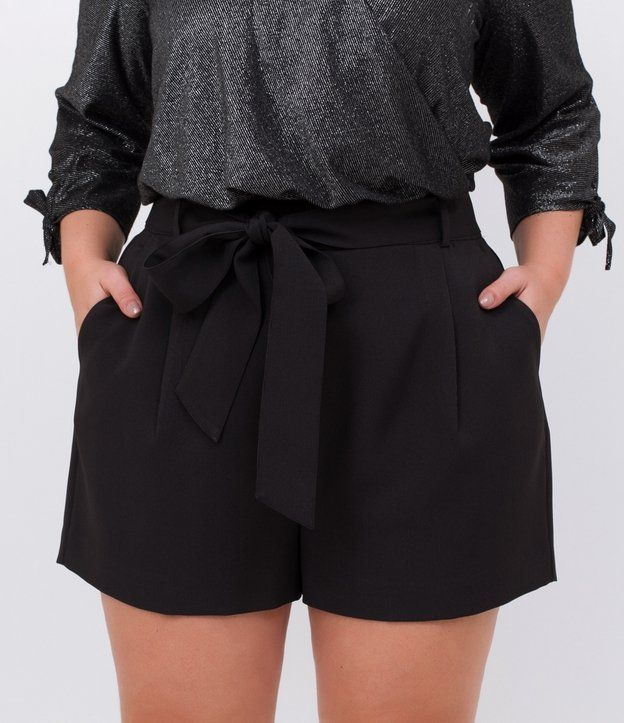 0f007bb63d Short feminino Curve   Plus Size Liso Marca  Ashua Tecido  alfaiataria  Composição  90% poliéster e 10% viscose Modelo veste tamanho  48 Medidas da  modelo  ...