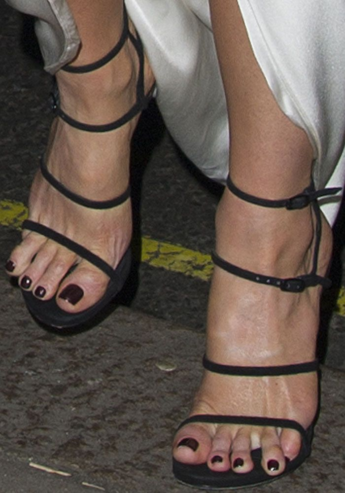 "Kate shows off a slight toe overhang in the Stuart Weitzman ""Courtesan"" sandals."