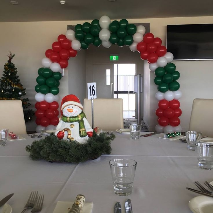 Christmas balloon arch love the red green and white for Red white green christmas decor