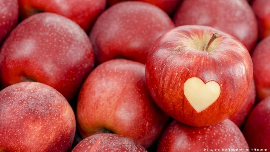 معتقدات خاطئة وأخرى صحيحة متعلقة بالطعام عالم المنوعات Dw Apple Picture Fruit Apple Fruit