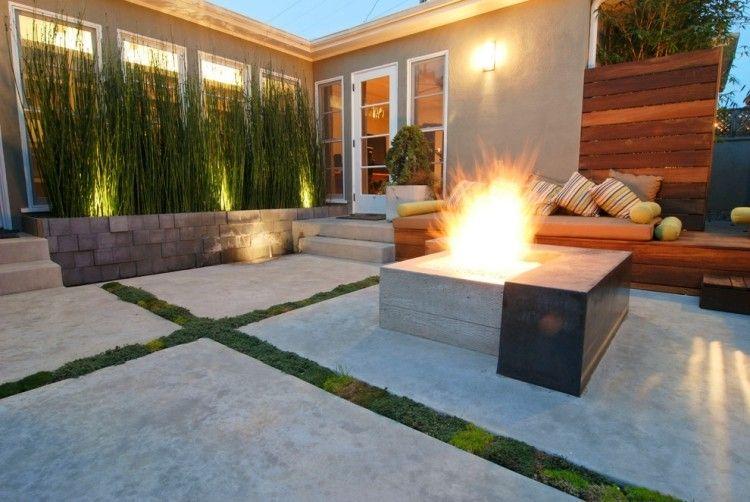 moderne Terrasse mit offener Feuerstelle und Bambus-Sichtschutz - sichtschutz im garten modern