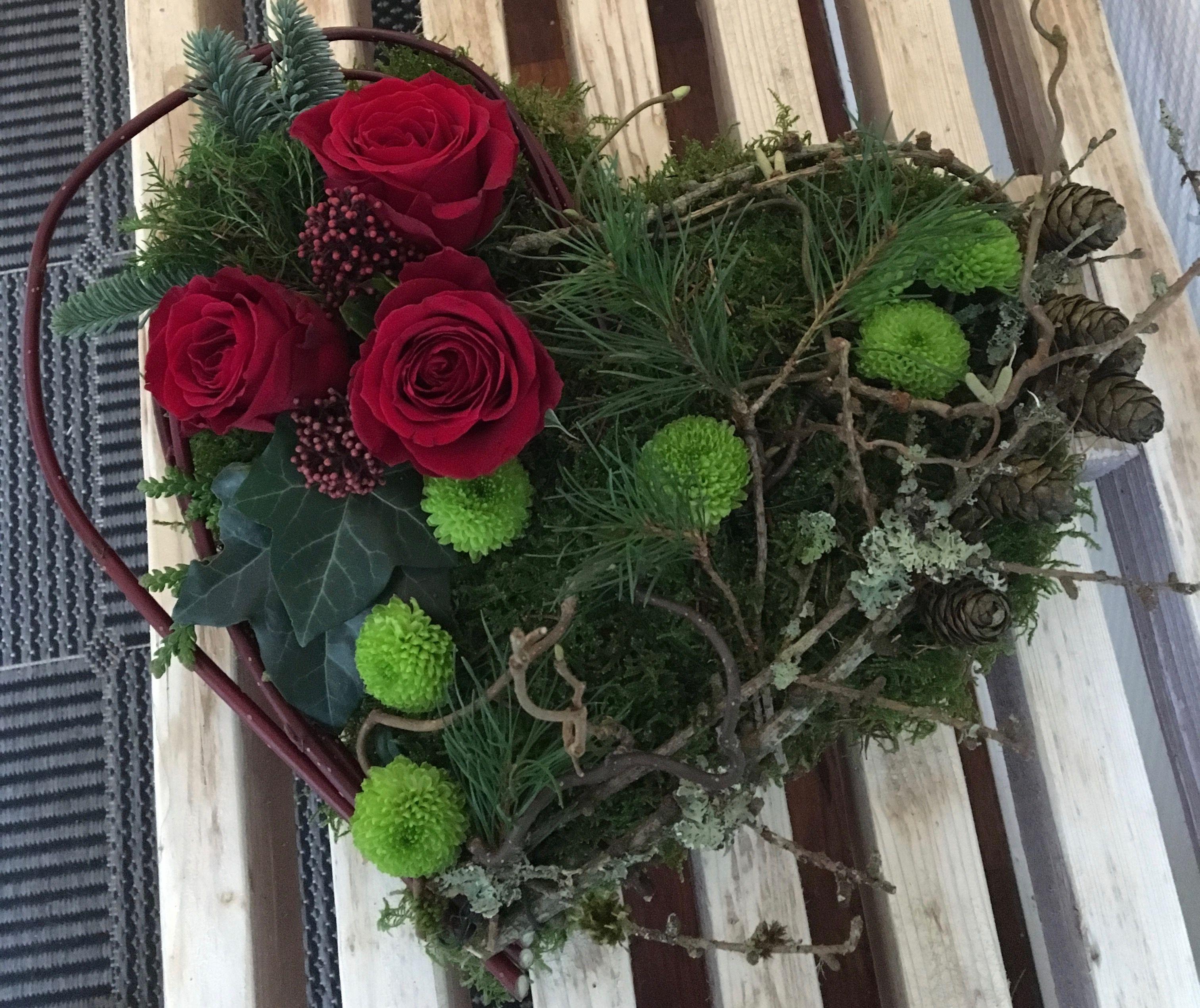 Moshjerte med friske blomster #friedhofsdekorationenallerheiligen