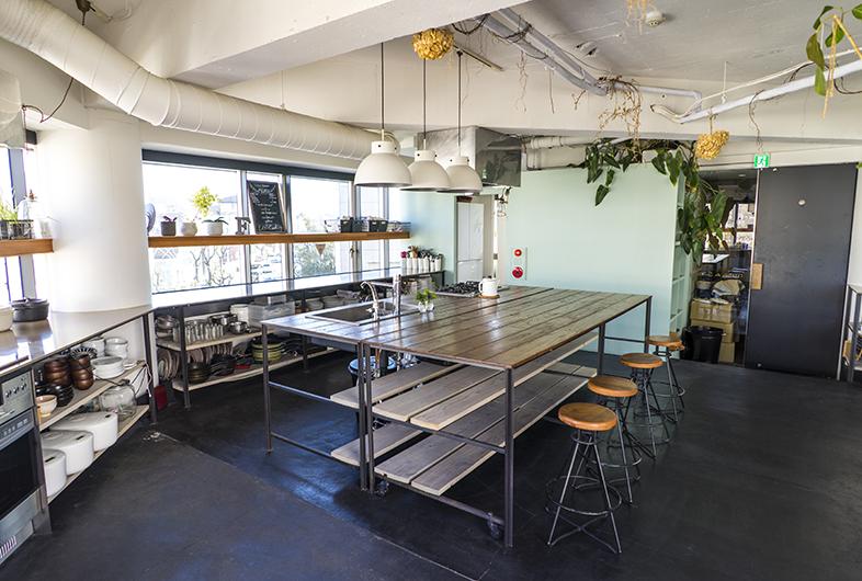 Goblin 代官山kitchen店 代官山駅から徒歩10分 渋谷駅から徒歩12分程の話題スポットやカフェが並ぶ 旧山手通り沿いにあるキッチン付きの撮影スタジオです アイランドキッチンを含む 充実のキッチン設備はコンロが5箇所あり グループに分かれて料理をすることが