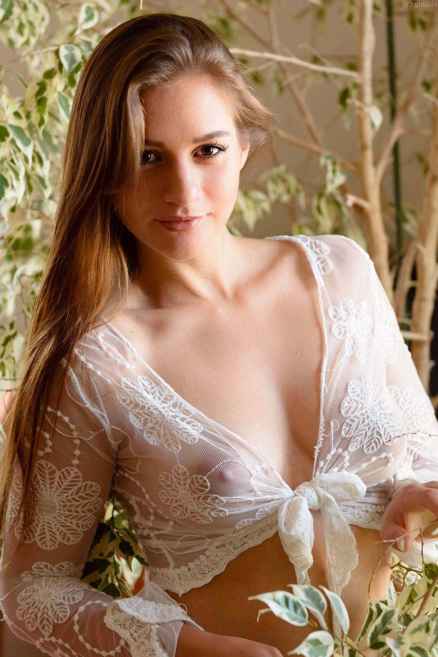 Bella thorne pokie nipples through shirt 5