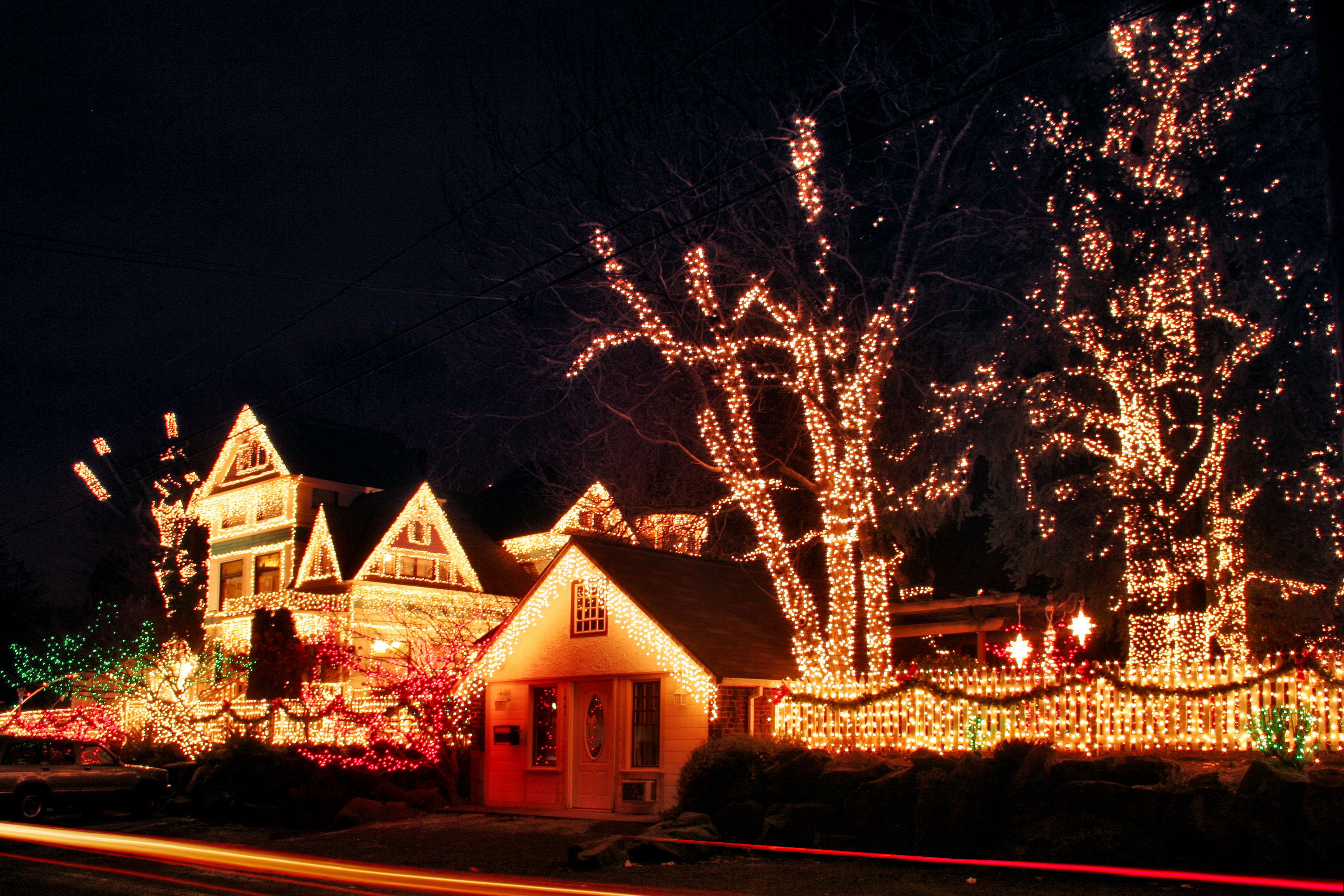 The David Cole Queen Victorian Mansion In Northeast Portland Oregon Every Christmas Season They Light It Up Holiday Lights Xmas Lights Lights