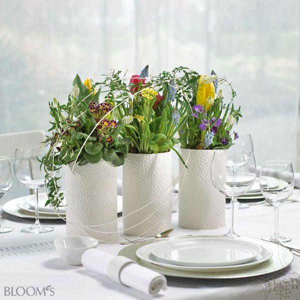 Tischdeko frühling hochzeit  Tischdeko Frühling: Gefäß-Trio mit Muscari, Tulpen, Viola, Primeln ...