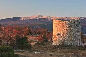 Ancien moulin, vue sur le Mont Ventoux