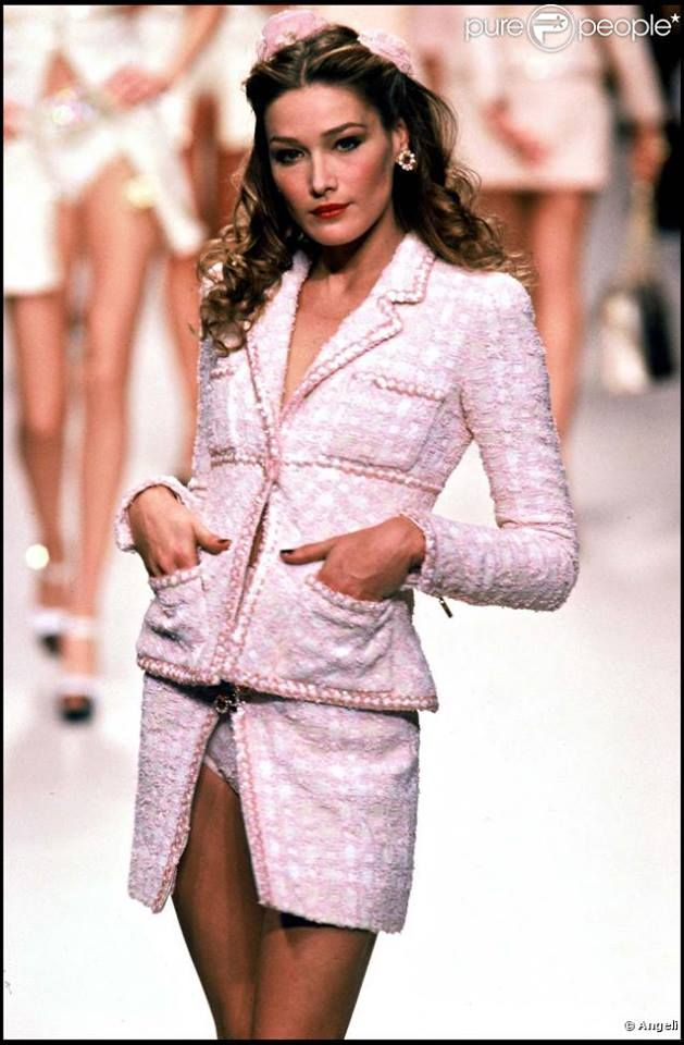 Carla Bruni Models In The Chanel Spring Summer 1995 90s Runway Fashion Fashion Runway Fashion