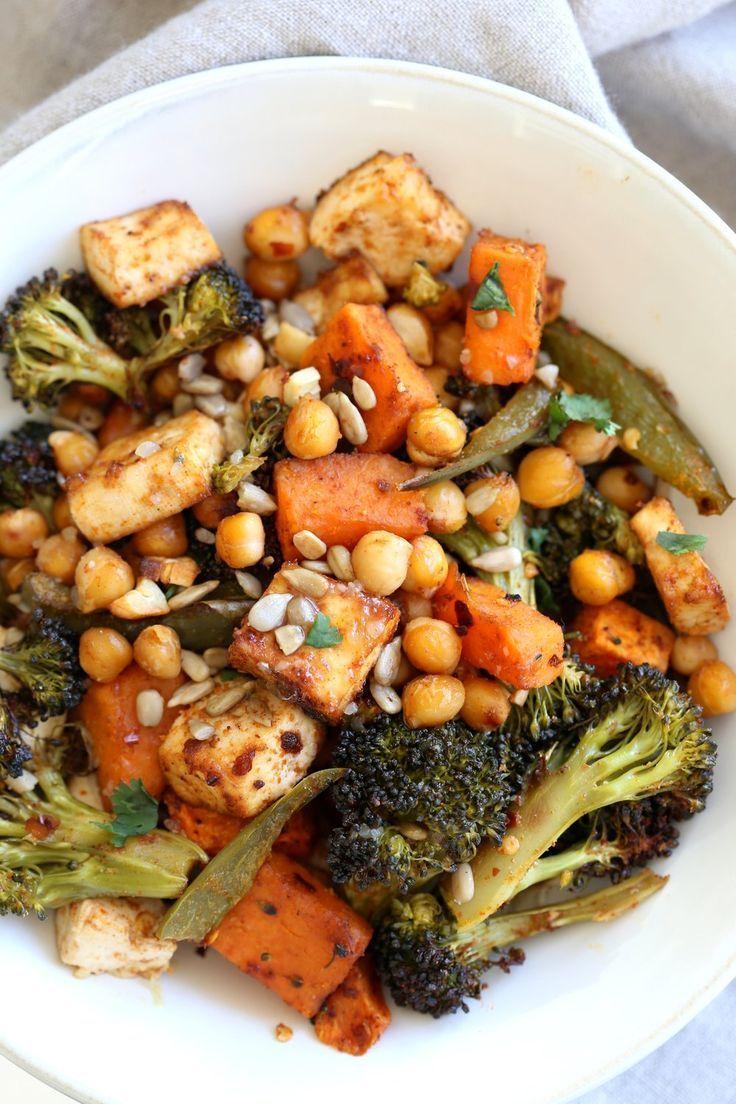 Photo of Vegetarisches Abendessen mit Brokkoli, Süßkartoffel, Tofu, Kichererbsen und Miso-Ahorn-Dressi…