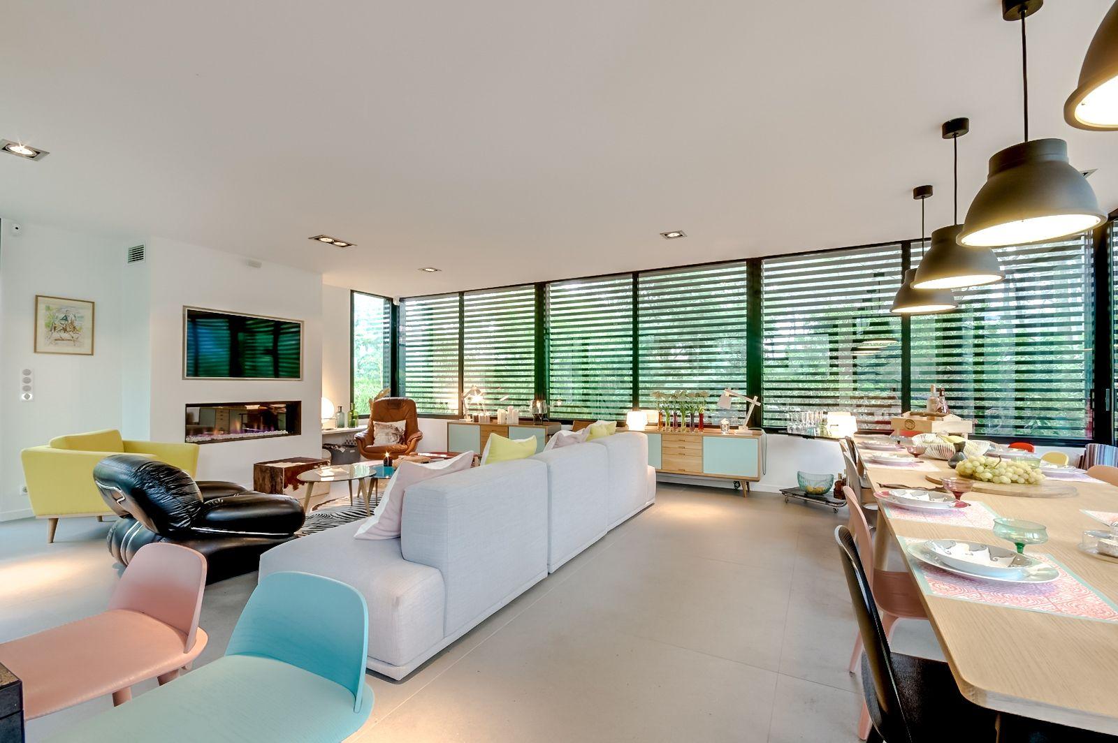 ralisation ccile kokocinski chemine et tv encastre salon familial et table salle manger xxl