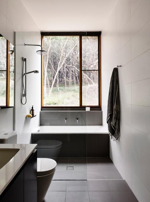 Bagno con doccia e vasca: un progetto con una soluzione diversa dal ...