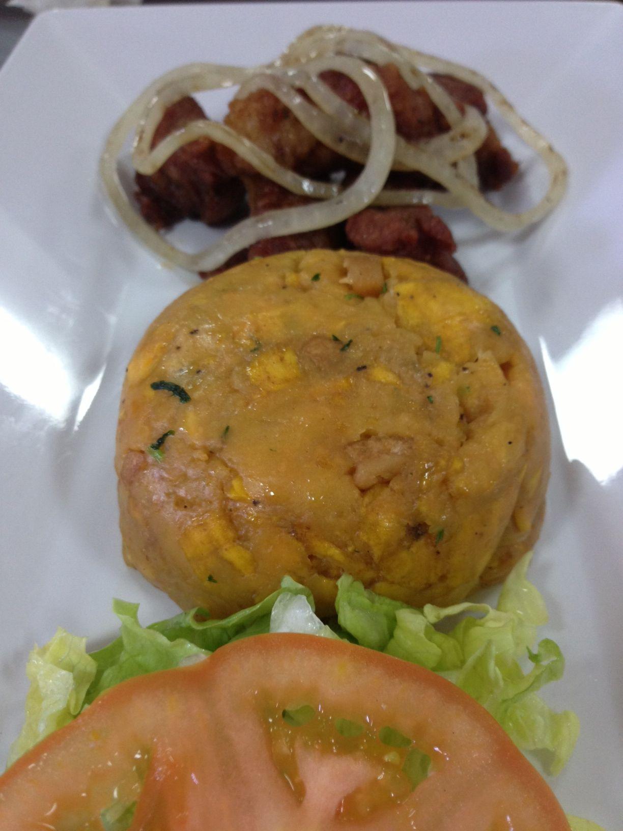 Mofongo de platano, carne de cerdo frita y ensalada verde