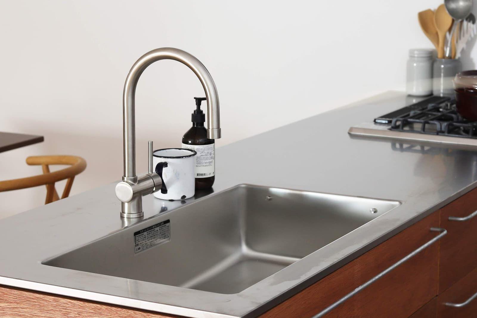 ハンドホース水栓は ほっそりした佇まいとホース式の機能性を兼ね揃えたイタリア製のキッチン水栓 引き出さない時の姿も美しい 使い勝手のいい水栓です システムキッチン キッチン インテリア