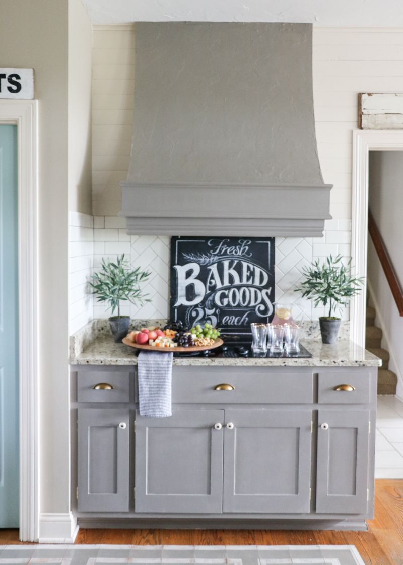 Easy tips for entertaining love these gray kitchen cabinets