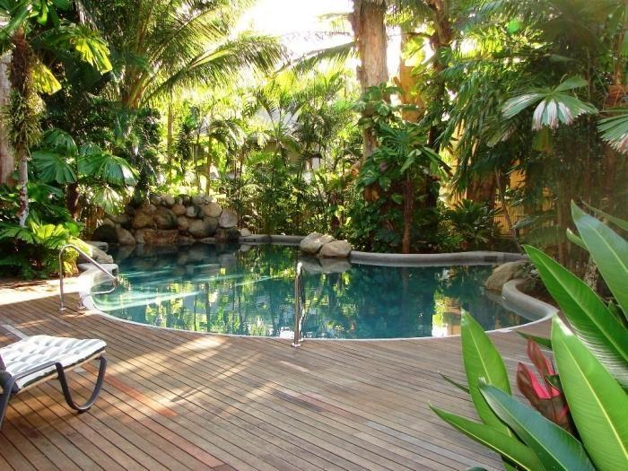 kleinen Pool im Garten bauen-Wohlfühlterrasse aus Holzdielen - eine feuerstelle am pool