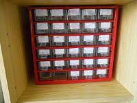 In deze doos zitten kleine weergaven van de symbooltjes van de kinderen. Wanneer kinderen een tekenening of werkje maken, kunnen ze uit hun individuele doosje hun kentekentje nemen en op hun werkje kleven. (zo weet juf en kind steeds van wie het werkje is)