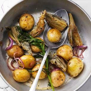 Neue Kartoffeln brauchen nicht viel Schnickschnack, um zu begeistern. Hier werden sie ganz einfach im Ganzen gebraten, zusammen mit Artischocken, Knoblauch und Zitrone. Der Dip überrascht mit einem leichten Anis-Aroma - typisch Estragon! Zum Rezept: Kartoffelpfanne mit Estragon-Dip