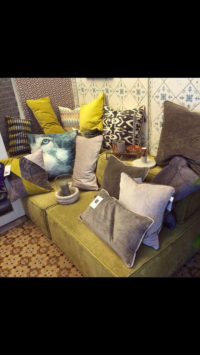 Die Samt- Kissen by  - wohnzimmer gelb grun