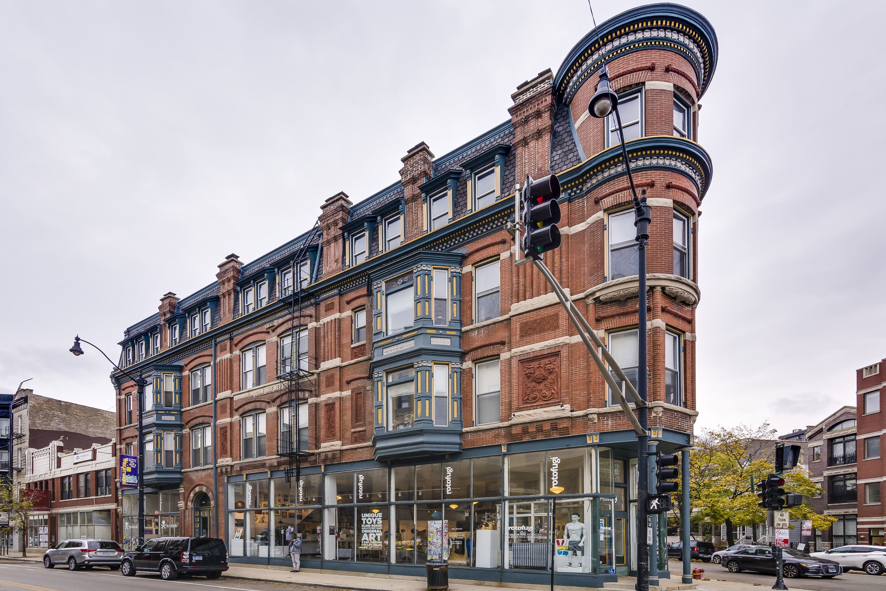 130 year old vintage Chicago flatiron apartment building ...